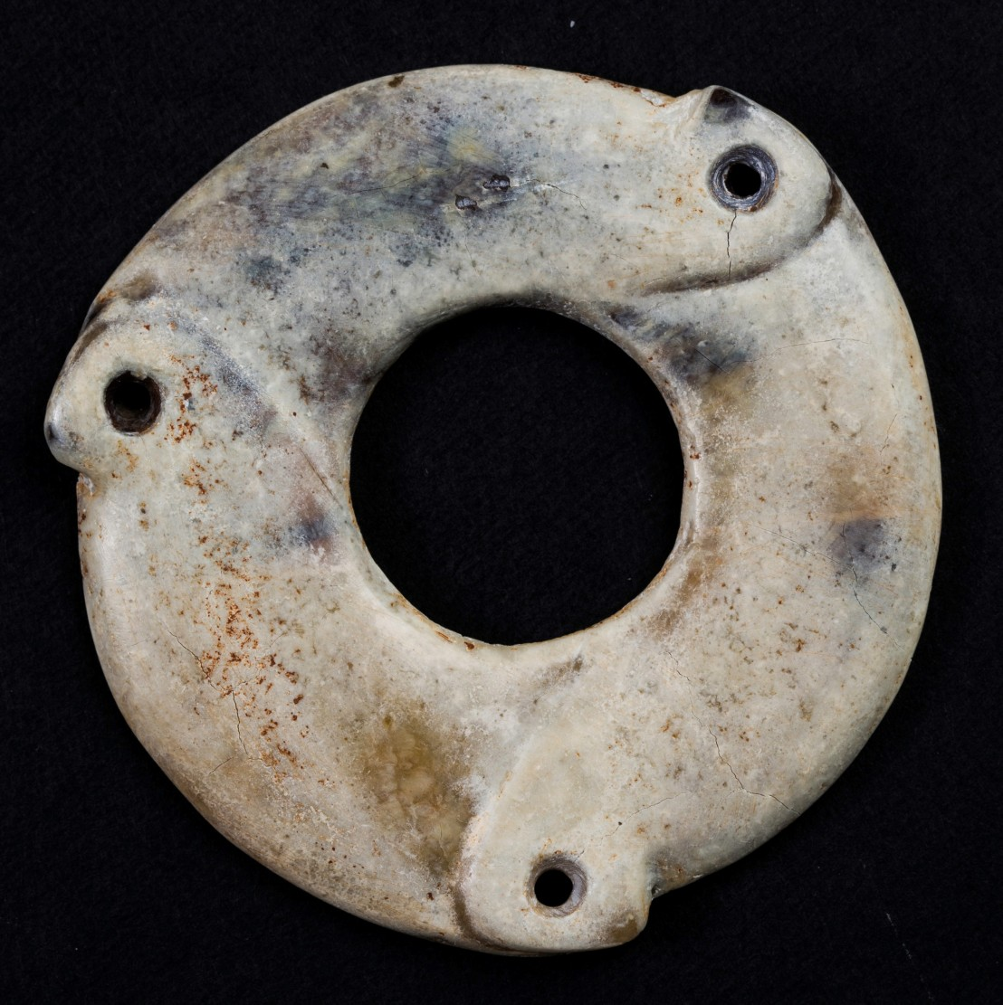Liangzhu disc with cracks on the crust.